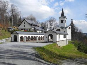 klášter vzdáleně
