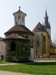 Rotunda sv. Longina s kostelem sv. Štěpána v pozadí